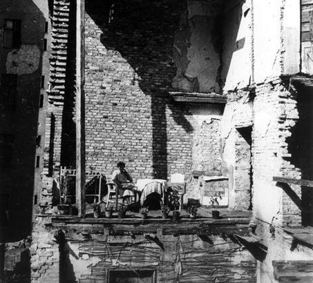 Berlin: Notbalkon in einer Hausruine.Foto: 1946.